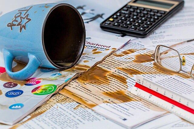 コーヒーをこぼした書類